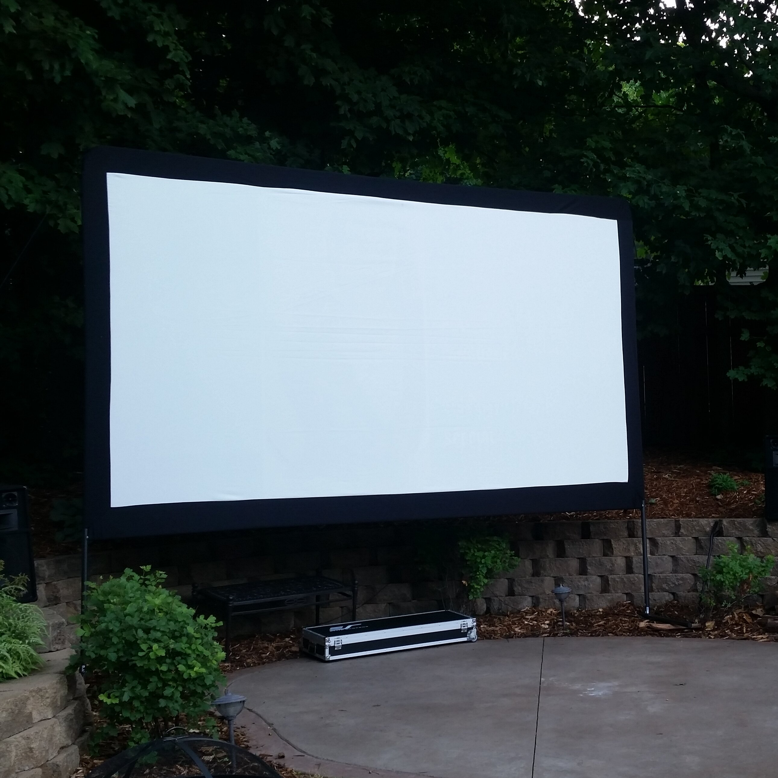 elite projection screens The elite screens tripod portable projection screen is ideal for indoor and outdoor small or large venue presentations, this proven and reliable tripod portable projection screen combines precision with the elegance of a traditional design.